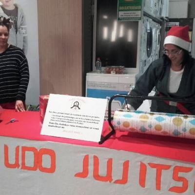 Les judokas à Leclerc pour les papiers cadeaux